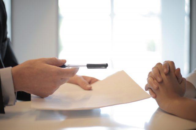 Kredyt czy pożyczka – co się bardziej opłaca?